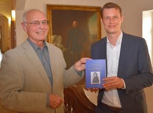Buchübergabe Herr Kindl an OB Matthias Thürauf